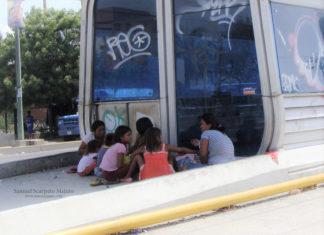 Indígenas Yukpa en una parada de Transbarca en Barquisimeto, Venezuela