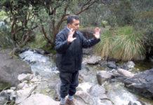 José Francisco el chamarrero, pidiendo a la Madre Tierra por la paz. Quebrada Mucubají, a los pies del Mucuñuque, Andes venezolanos.