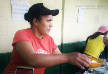 La negra Coromoto colaborando con la escuela, caserío Bombón, Andes venezolanos.